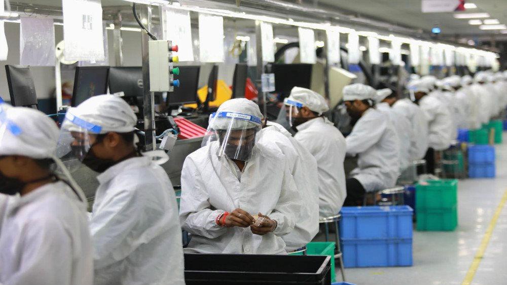 Các công nhân tại các nhà máy phải mặc đồng phục bảo hộ, đeo khẩu trang khi làm việc trong suốt mùa dịch